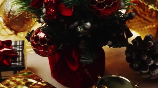 Vánoční slavnostní dekorace Set. Vánoční osvětlení a dárková krabice. Dolly Slider Shot. 4k