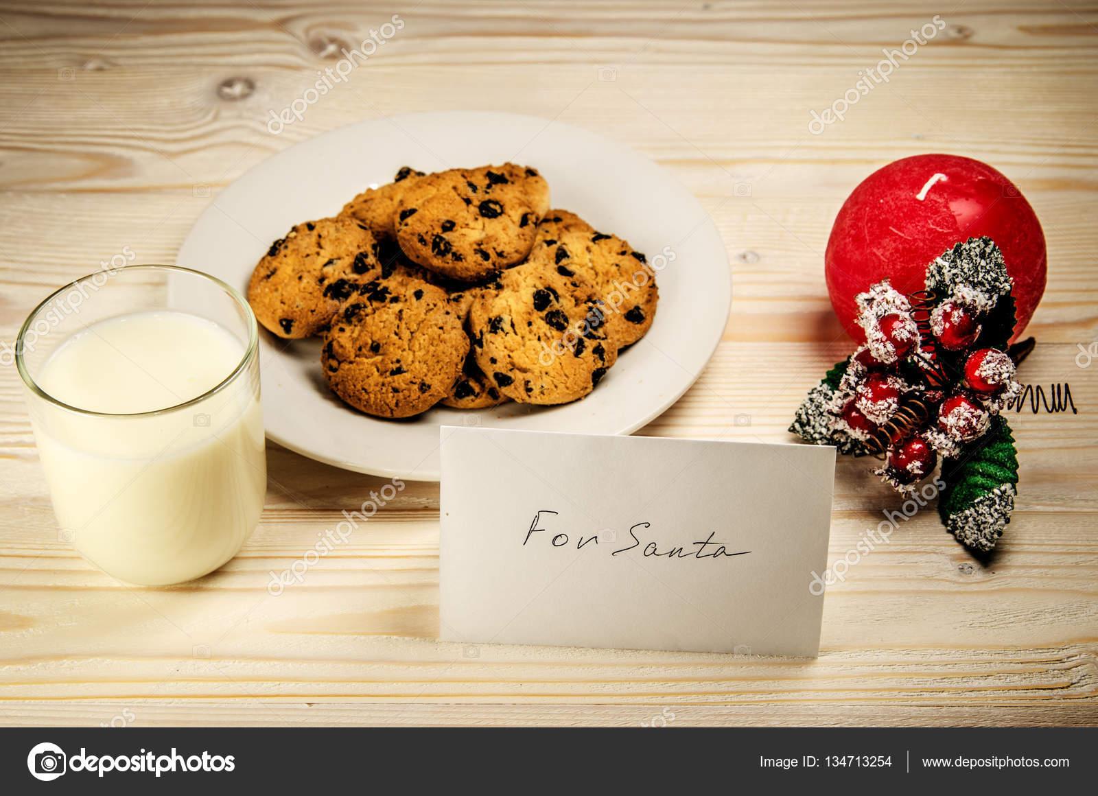 kekse und milch f r den weihnachtsmann auf einem holztisch. Black Bedroom Furniture Sets. Home Design Ideas