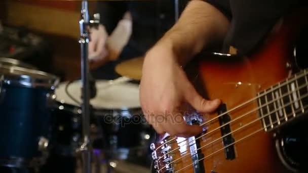 basszus és a dob együtt játszik rock n roll