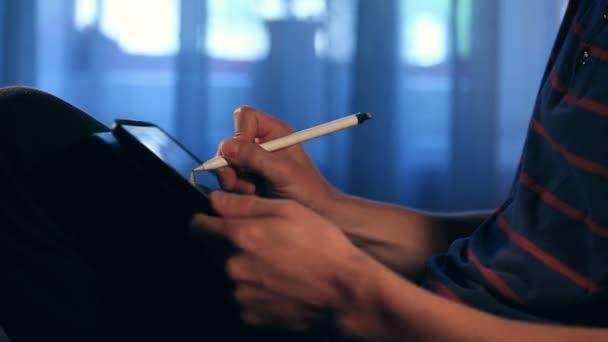 Művész rajz egy vázlatot használata a táblaszámítógép stylus otthon