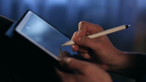 Művész rajz egy képet használ a táblaszámítógép stylus otthon.