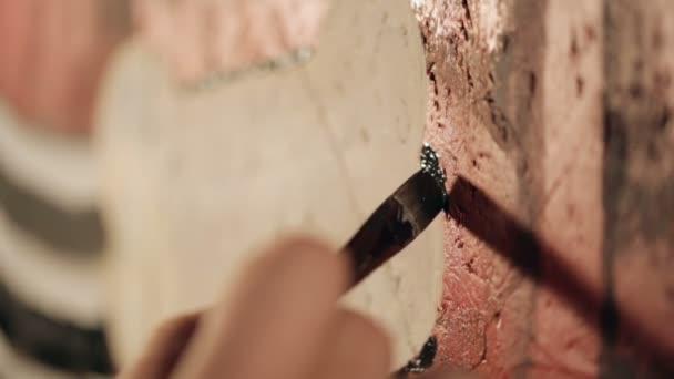 Malování graffiti umělec v místnosti