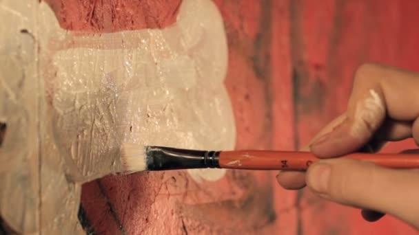 Művész festészet graffiti a szobában.