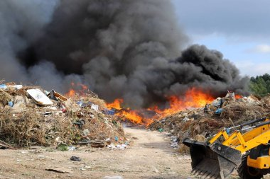 Ateşte bir ateş yanar ve duman çıkar.