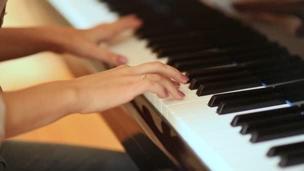 несколько минут видео как учили девушку играть на пианино ласки жены или
