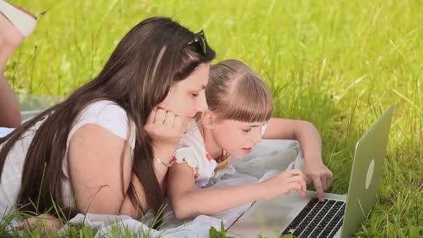 Boldog, fiatal csinos nővér laptop dolgozik reggel