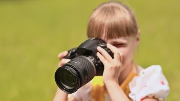 Teenager-Mädchen macht Foto mit der Kamera im Freien im Sommer.