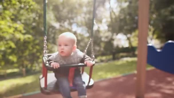 1 Jahr Altes Baby Auf Einer Schaukel Auf Dem Spielplatz Im Park Im