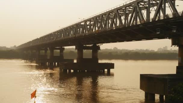 Žaneta Duong most v Hanoji na západ slunce. Vietnam.