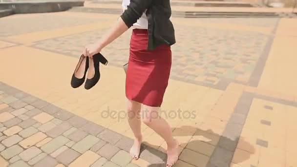 24ea3eadbe1576 Schöne Mädchen barfuß Schuhe und einen Ordner in seinen Händen nach einem  anstrengenden Tag überspringen– Stock-Filmmaterial