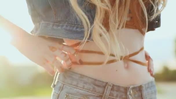 Lány vörös szexi felső. A kéz tetoválás