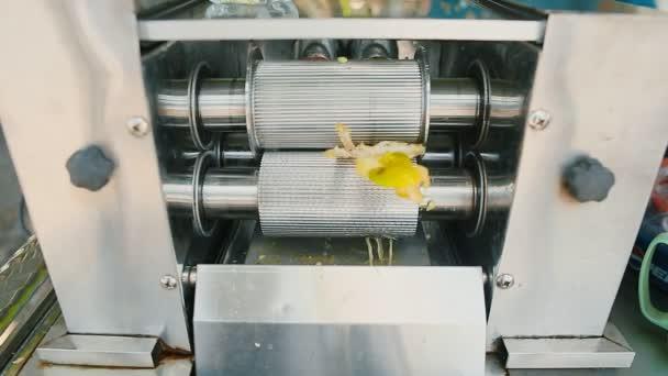 Mechanismus pro mačkání šťávy z cukrové třtiny