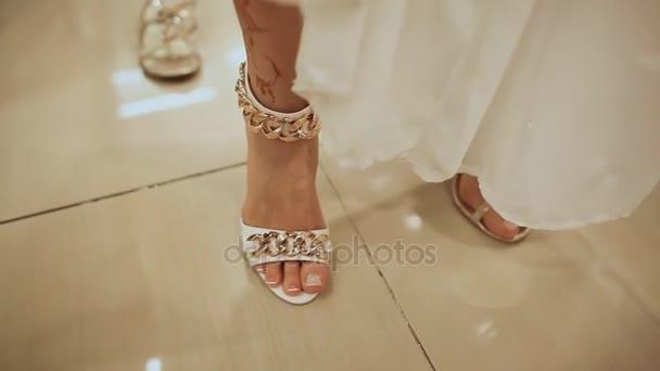 Девушки в обувных магазинах видео фото 482-525