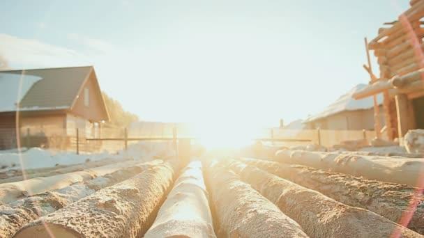 Připravené protokoly lež na stavbě dřevěného domu. Zářící slunce mrazivý. Zimní staveniště. Kanadský úhel zdiva. Kanadský styl. Dřevěný dům z břevna úpraveného cylindroidem