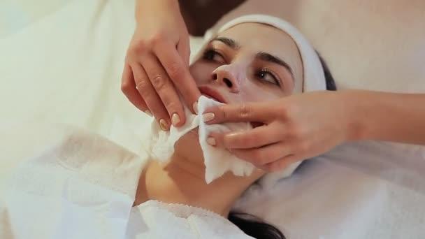 Creme-Maske aus dem Gesicht spülen. Kosmetische Verfahren mechanische Reinigung des Gesichts. Kosmetologie.