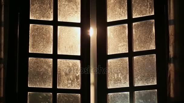 Dirty staré a dobré okno otevírané ven