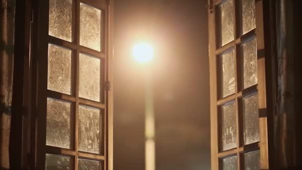 Stará špinavá Skvělé okna jsou uzavřeny uvnitř