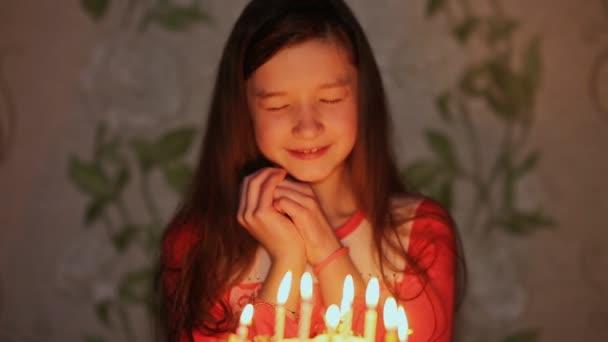 Gözlerini Kapatmak Kız Pasta üzerinde Bir Dilek Ve Darbeler Mumlar