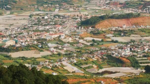 Pohled z hora Lang Biang do města Dalat. Vietnam.