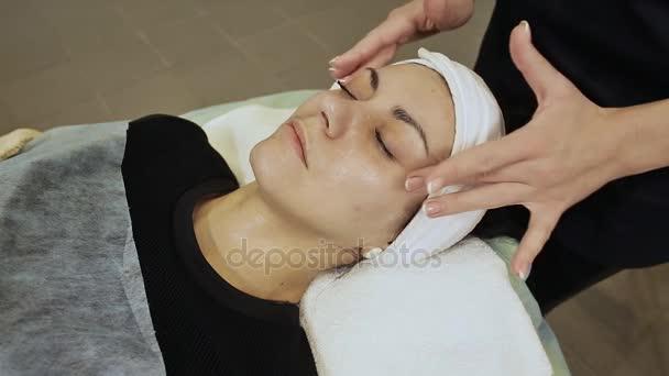 Gesichtsmassage. Wellness Haut- und Körperpflege. Nahaufnahme der jungen Frau bekommen Spa-Massage-Behandlung im Spa Schönheitssalon. Gesichtspflege-Behandlung