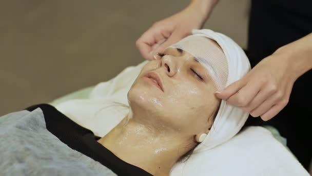 A kötést maszkot géz-szövet. Alkalmazni a géz arc krém.