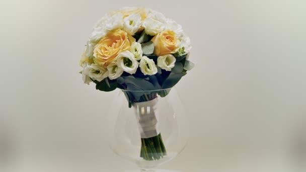 Svatební kytice ze žlutých růží, eustoma a eukalyptu zelení... Kytice v rotaci.