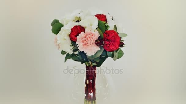 Egy esküvői csokor Hortenzia, pion-alakú Rózsa, szegfű és eukaliptusz zöld. A rotációs csokor