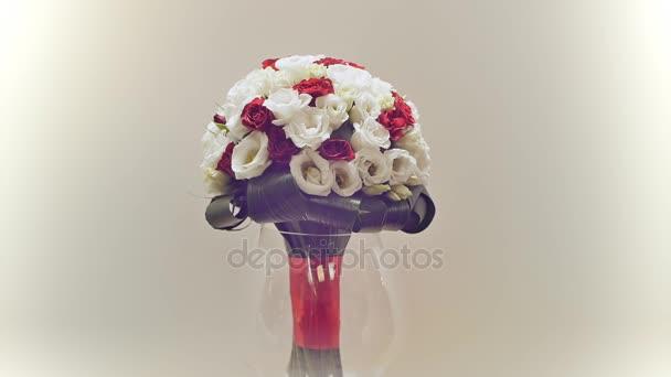Esküvői csokor a rózsabokor, a eustoma és a Zöldek. A rotációs csokor.