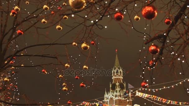 Moskau ist für Neujahr und Weihnachten dekoriert. Weihnachtskugeln auf den Zweigen der Bäume in der Nähe der Kathedrale St. Basilius der Selige auf dem Roten Platz. Jahresthema.