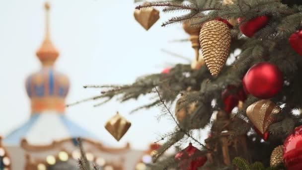 Moskva. Na náměstí vánoční strom rozsvítí, zdobené koule a krásné vánoční hračky detail. Vánoční kolotoč. Nový rok téma