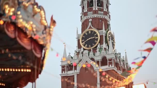 Moskva. Vánoce. Zábavné atrakce na Kreml. Lidé v stánky jsou přitahováni balóny. Nový rok téma