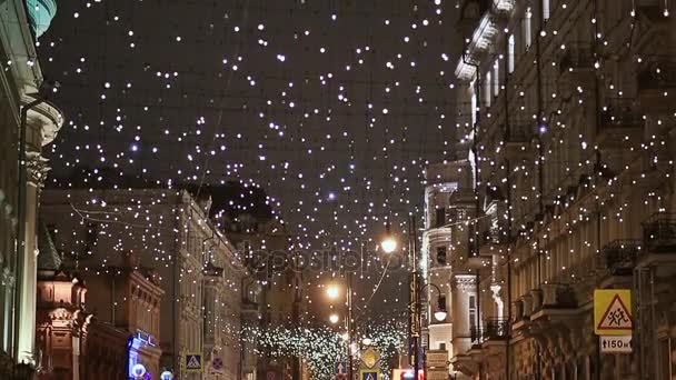 Vánoce v Moskvě. Slavnostní osvětlení. Věnce podél ulic a budov. Nový rok téma