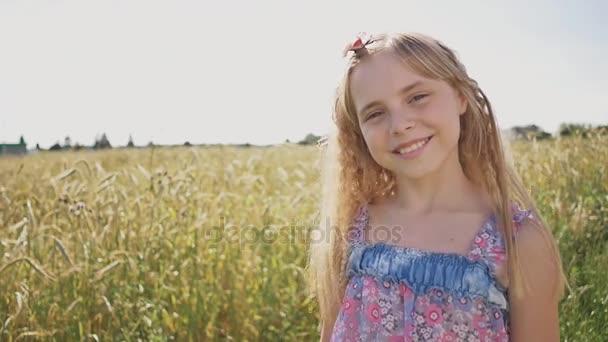 Egy egyszerű lövés egy fiatal szőke lány, egy napsütéses nyári napon.