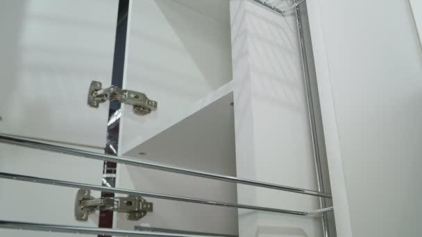 Bílý kuchyňský nábytek. Pull-out skříně.