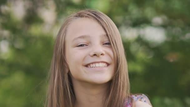 Lány tinédzser arc közeli szeplő és vicces pózol, zavarba jött, és játék-val a haját.