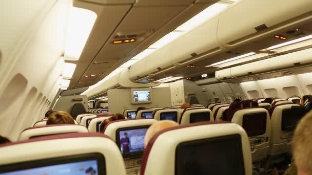 Doha, Katar - 12. října 2016: na palubě letadla s cestujícími.