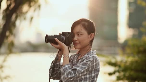 Vietnami lány fotós képei a természet a város központjában a naplemente