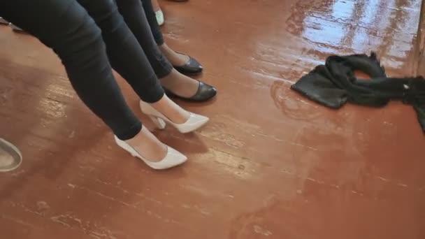 Studentka chlap s mopem po vyučování omývá koridor ve třídě. Studenti dívky legrační a legraci, zvýšit jejich nohy mu