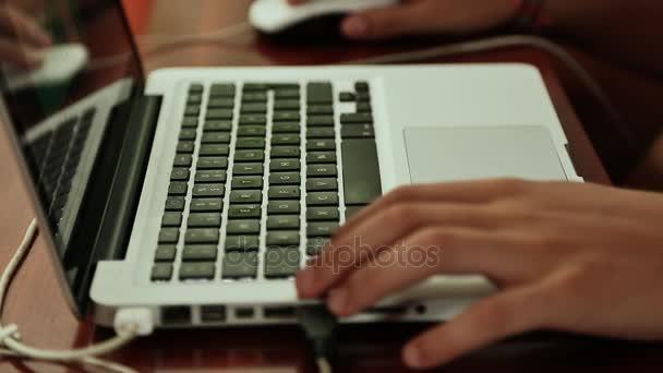 Člověk pracuje na návrhu na notebooku