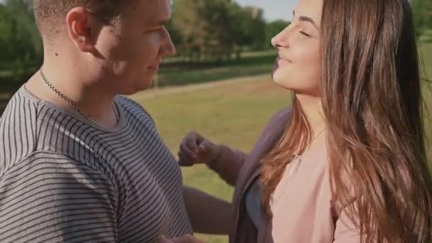 Romantisch zu zweit in einem grünen Sommer-Park. Sie umarmen einander mit Liebe. Happy together.
