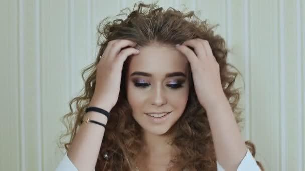 Schönheit Junge Frau Mit Langen Lockigen Haaren Dauergewelltes Haar