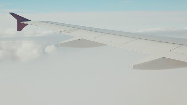 Una vista desde la ventana del avión a nubes de suave color — Vídeo ...