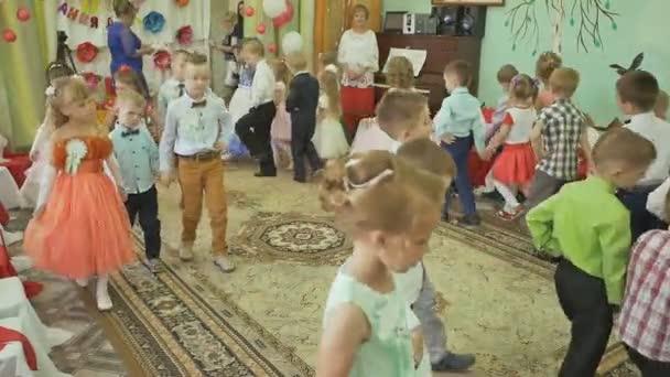 voronovo, weißrussland - 27. Mai 2017: charmante und elegante Kinder bei der Abschlussfeier im Kindergarten. sie tanzen und singen. Tschüss, Kindergarten.
