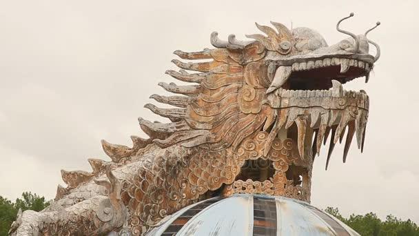 Hue, Vietnam - október 29, 2016: Hatalmas sárkány akvárium, Hue, Vietnam elhagyott vízi park épülete. Sárkány szerkezete