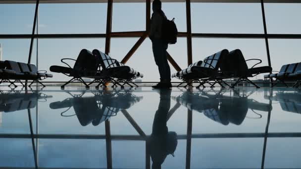 Silueta cestující čeká na letadlo letět na letiště v Pekingu