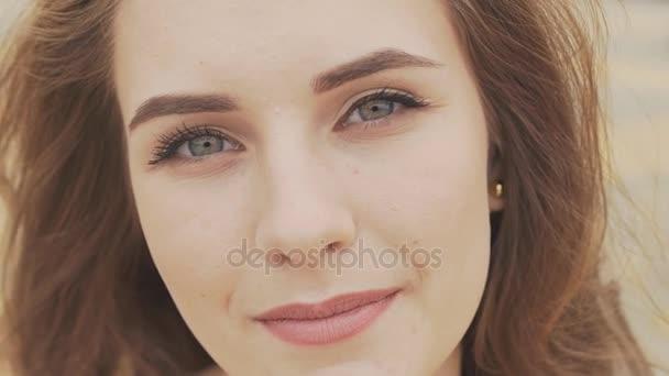 Tvář krásná mladá dívka s temně modré oči detail. Na obličej make-up pěkný den. Smyslný pohled