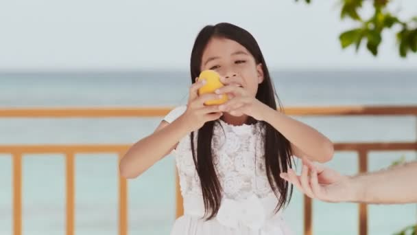 Toma Un Océano Sol Mans El Filipina Una En Y Infancia Largo De Mano Cabello Mango Chica Vestido Azul Colegiala Encantadora Blanco XT6qPU