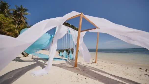 Hochzeit Bogen dekoriert mit Blumen am Strand in der Nähe des Ozeans ...