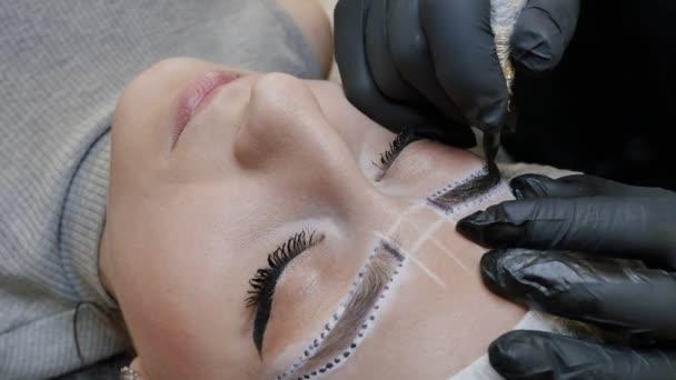 Maquiagem Definitiva A Tatuagem Permanente De Sobrancelhas Cosmetologista Aplicação Permanente Compõem Na Tatuagem De Sobrancelhas Sobrancelha