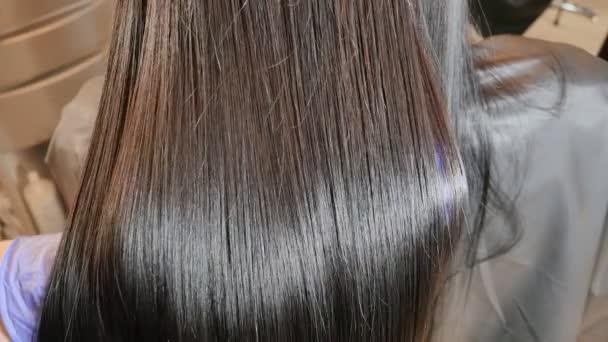 Keratin narovnávání a obnovu vlasů. Posílení a léčba botoxem.